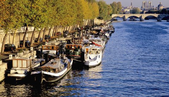 在塞纳河上游船